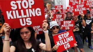 Учасники протестів з плакатами