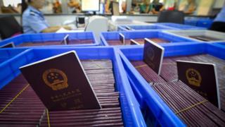 一处公安局办证大厅内待发的中国护照(中新社资料图片)