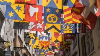 مجموعة أعلام في أحد شوارع سويسرا