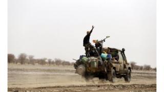 ''Les assaillants ont ensuite tenté de jalonner le convoi et l'entraîner dans un guet-apens'', a indiqué un communiqué de l'armée.