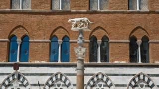 Статуя у соборі Сієни в Італії