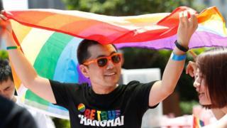 гей с флагом ЛГБТ в Китае