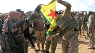 Azez'de YPG militanları bayrak açıyor