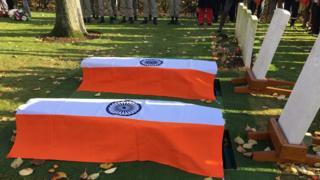 दफनाये जाने से पहले भारतीय सैनिकों के ताबूत