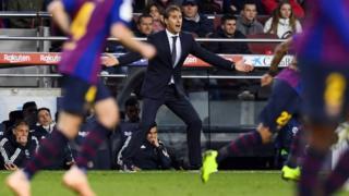 لوبيتيغي ينفعل خلال مباراة فريقه أمام برشلونة