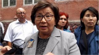 Экс-президент Роза Отунбаева Текебаевдин сотуна жактоочу тараптын күбөсү катары катышты