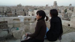 Mai (izq.) y su hermana miran la panorámica de Saná, en 2009.