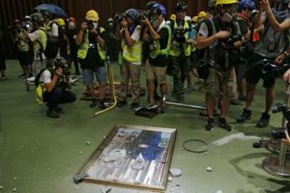 示威者破壞立法會現任及歷任主席的肖像。