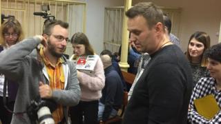 Алексей Навальный общается с журналистами в Ленинском райсуде Кирова