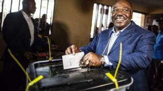 Rais Ali Bongo akipiga kura katika uchaguzi wa Agosti