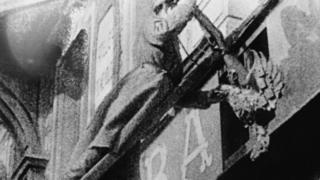 Солдат срывает государственный герб Российской империи (Петроград, 28 февраля 1917 года)