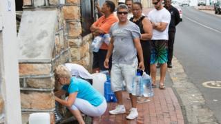 Des habitants de Cape Town victimes de pénurie d'eau