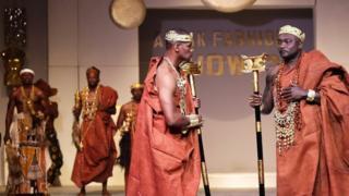 Wanamitindo wanaonyesha mavazi yaliyotengenezwa na mbunifu wa manguo Bi Zahui wakati wa maonyesho ya mavazi ya Afrik mjini Abidjan 07/10/2017