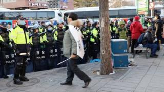 身披韓國國旗的抗議群眾,不斷地向警察挑釁