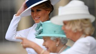 Меланія Трамп, королева Єлизавета ІІ та принцеса Камілла на ганку Букінгемсього палацу