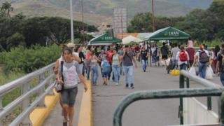 Ciudadanos cruzando la frontera entre Venezuela y Colombia.