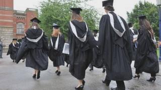 穿著大學畢業袍的畢業生