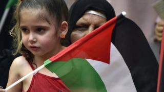 طفلة تحمل العلم الفلسطيني