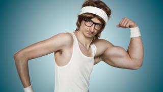 Hombre mostrando sus bíceps