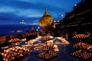 Buddhist pilgrims light candles around the Kyaikhtiyo Pagoda to celebrate the full moon festival in Kyaikto, Mon State, Myanmar 24 October, 2018