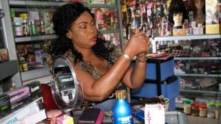 Selon une étude de l'OMS, 25% des femmes sénégalaises utilisent de manière régulière des produits éclaircissants pour la peau.