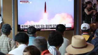2일 서울역에서 시민들이 북한의 단거리 발사체 발사 관련 뉴스를 지켜보고 있다