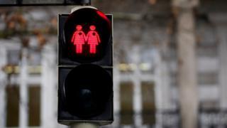 Semáforo em Viena, na Áustria, retrata casal de mulheres