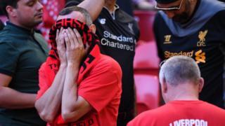 """Ось так фанати """"Ліверпуля"""" спостерігали за грою біля ліверпульського стадіону """"Енфілд"""""""