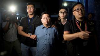 Ông Lam (giữa) bị bắt giữ sáng sớm thứ Ba tại Hong Kong, hôm 15 tháng Tám 2017