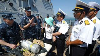 Cán bộ Hải quân VN và Hoa Kỳ trong một khóa đào tạo về cứu hộ cứu nạn trên biển năm 2012