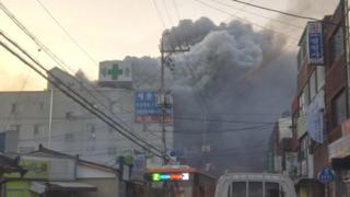 Humo saliendo de un hospital en llamas en Miryang, Corea del Sur.