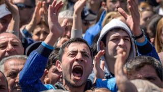 Erivan'da toplanan muhalifler hükümet binalarına girişi engelledi.