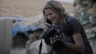 Jana Andert com câmera e celular