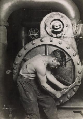 'इलेक्ट्रिक पॉवर हाऊस'मध्ये स्टीम पंपावर काम करणारा हा मेकॅनिक. 1921चा हा फोटो 80 हजार डॉलरला (52 लाख रुपये) विकला गेला.