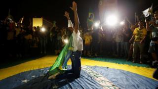 Pessoas comemoram vitória de Jair Bolsonaro
