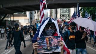 香港示威者举着星条旗呼吁支持