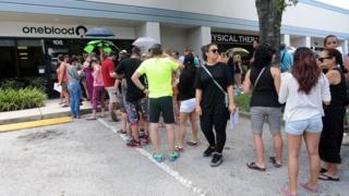 Homens que tenham tido relações sexuais com outro homem nos 12 meses anteriores à coleta não podem doar; autoridades de saúde de Orlando rejeitaram boatos de que veto havia sido suspenso temporariamente