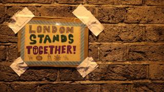 """Finsbury Park'ta """"Londra birlikte duruyor"""" yazılı bir pankart"""