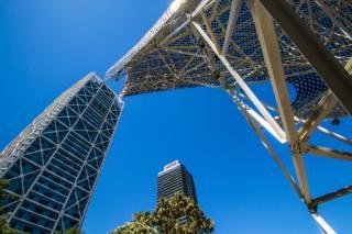 Dos estructuras metálicas contra un cielo azul
