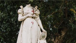 Estatua sin cabeza.