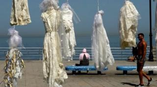 กลุ่มรณรงค์เคลื่อนไหวนำชุดเจ้าสาวมาแขวนห้อยไว้ที่หน้าชายหาดกรุงเบรุต