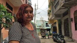 Sunita Devi na frente de sua casa