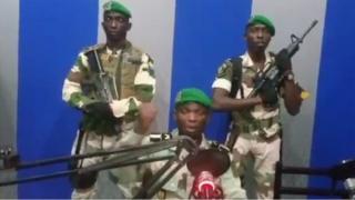 """Au Gabon, les putschistes (en photo) déclaraient vouloir """"restaurer la démocratie""""."""