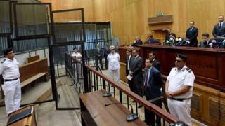 Policiers avocats et juges égyptiens lors du procès de M. Morsi pour espionnage le 18 juin 2016.
