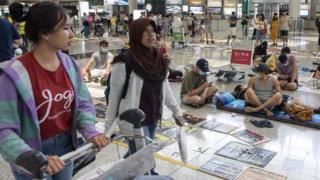 周三早上,仍然一些示威者留守在机场客运大楼。