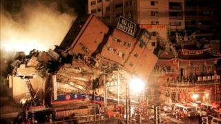 台北的東星大樓在921地震中倒塌,連帶造成隔壁的大樓和附近的廟宇嚴重受損。