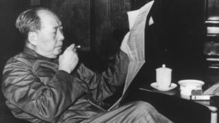 Мао Цзэдун классикалык адабиятты окуганды жакшы көргөн. Сүрөт 1963-жылы тартылган.