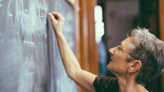Mujer escribiendo en la pizarra