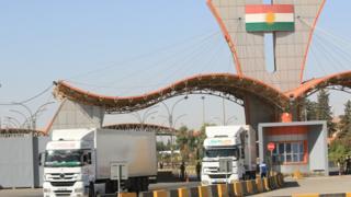 شاحنات معبأة بالبضائع تمر عبر معبر إبراهيم الخليل