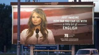 """بر روی این بیلبورد تبلیغاتی نوشته شده: """"تصور کنید با (دانستن) کمی زبان انگلیسی چقدر ممکن است پیشرفت کنید"""""""